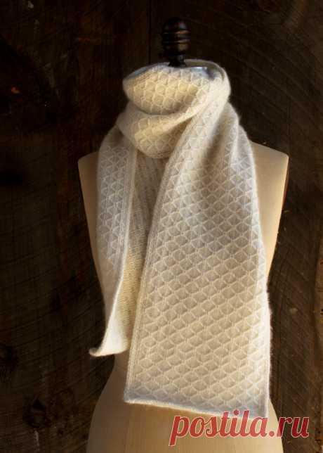 Этот нежный шарф, выполненный сетчатым патентным узором, связан из практически невесомого, но очень теплого 100% кашемира Zageo из 6 нитей от Jade Sapphire, который в сочетании с изысканным переплетением нитей создает впечатление легкости, уюта и тепла. Материалы 4 мотка кашемировой пряжи Zageo в 6 нитей от Jade