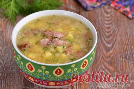 Гороховый суп с копченостями.  Готовим вкуснейший суп с копчеными ребрышками, горохом, картофелем и репчатым луком. Чтобы добавить больше аромата, при варке мяса и гороха закладываем горошки душистого перца и лавровый лист. В конце приготовления суп дополняем молотым черным перцем и свежим укропом. Гороховый суп получается очень ароматным, красивым и вкусным.