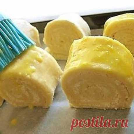 Гата Ингредиенты: Для теста: -400 г муки -пачка слив. масла (250 г) -2 яйца и 1 белок -250 г сметаны -1 ч.л. соды -ванильный сахар - 1 п. Для начинки: -1 ст. муки -пол пачки слив. масла -1,5 ст. сахара -ванильный сахар Сверху: -1 желток -1 ст.л. молока Приготовление: В муку нарезать холодное масло Перетереть руками, добавить соду и ванильный сахар Сделать лунку, добавить яйца и сметану Перемешать вилкой Замесить тесто (если нужно, смело добавляйте еще муки) Начинка: Муку п...