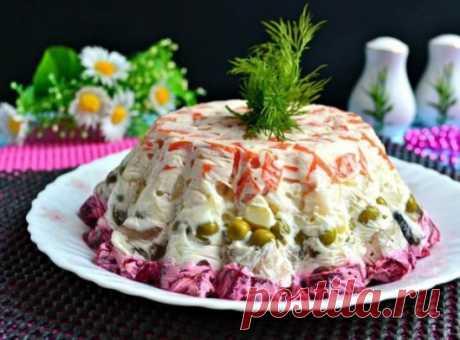 """ПРАЗДНИЧНЫЙ САЛАТ """"ШУБА В ЖЕЛЕ"""" Салат """"Шуба в желе"""" - это вариация всем известной и любимой селедки """"под шубой"""". Этот салат по вкусу очень похож, но получается он наряднее и интереснее! Такой салат украсит любой праздничный стол, особенно уместен он будет на новогоднем столе! Ингредиенты: скумбрия соленая - 200 г свекла - 1 шт. морковь - 1 шт. картофель - 2 шт. горошек зеленый консервированный - 3 ст.л. лук репчатый - 1 шт. желатин - 6 г майонез - 150 г сметана - 50 г соль - по вкусу перец че"""