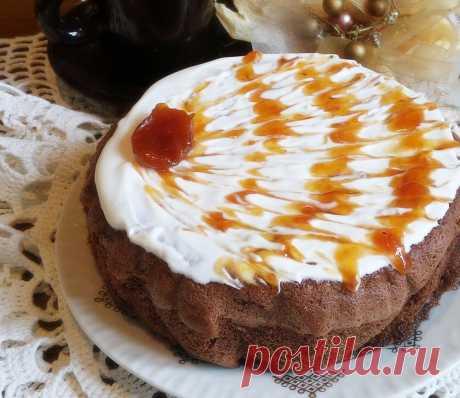 Шоколадный бисквит с вишней и грушами