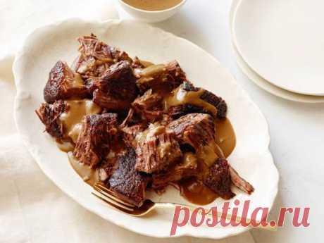 10 рецептов идеального жаркого   Люблю Себя В современной российской кухне словом «жаркое» часто называют блюдо, больше похожее на венгерский гуляш — мясо, тушенное с картофелем, другими овощами и специями после предварительной обжарки или без нее. Оно подается с большим количеством бульона и без дополнительного гарнира (часто — в горшочке). В более общем смысле жаркое — просто жареное мясо. Мы будем рассматривать жаркое прежде всего как мясо долгого приготовления, неважно...