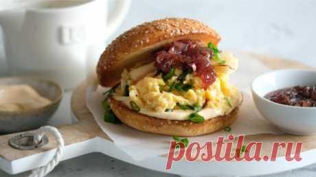 Сэндвич с яйцом, как это делают в Голливуде Бывает, мир внезапно начинает сходить с ума от чего-то простого до банальности - штанов-велосипедок, капкейков,апероля шпритца... Так случилось и с этим сэндвичем с яйцом, придуманном влос-анжелесском бистро Eggslutи за несколько месяцев поднявшимся