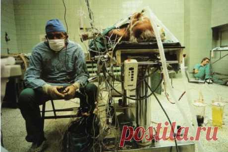 Снимок хирурга после проведенной им 23-часовой операции на сердце. Его ассистент спит в углу. Операция прошла успешно...