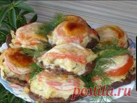 Печень с овощами. Ингредиенты: Печень говяжья.-300 гр. Яйцо-1 шт. Соль ,перец. майонез-1 стол.л. мука-1 стол.л. Приготовление: 1. Печень нарезать небольшими кусочками, измельчить в блендере+ мука, яйцо, майонез, соль,перец. 2. Испечь оладушки, уложить их на смазанный противень, сверху начинку(обжарить репчатый лук с болгарским перцем+ зелень, чеснок+ майонез), кружочек помидорки и кусочек моцареллы (можно и другой сыр). 3. Запечь в духовке при 220-15 минут.