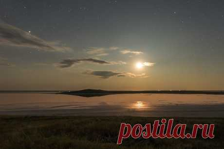 Луна над Кояшским озером, Крым. Автор фото – Юлия Жуликова. Другие работы доступны по ссылке: nat-geo.ru/community/user/209553 Спокойной ночи.