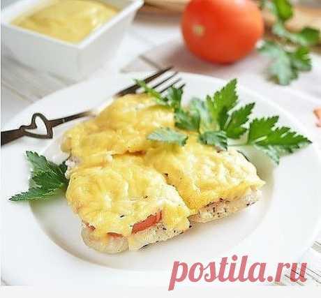 """Рыба по-французски на ужин  Ингредиенты:  Рыба — 500-600 Грамм Сыр — 100 Грамм Помидор — 1 Штука Сметана — 2 Ст. ложки (или йогурт) Соль — По вкусу Перец черный молотый — По вкусу  Количество порций: 2 Как приготовить """"Рыба по-французски на ужин"""" 1. Подготовьте продукты. Вымойте рыбку, выпотрошите ее. 2. Сыр натрите на крупной терке, помидор порежьте колечками. Рыбу разделайте на филе, снимите кожу, удалите хребет. Филе порежьте на небольшие кусочки. 3. Возьмите форму для ..."""