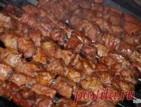 Фантастически мягкое мясо на шашлыки за полчаса. Сохрани себе на страницу, чтобы не потерять этим летом!  3 способа:  1. Рецепт весьма прост. На 2 кг мяса — 1 большой киви или 2 маленьких. Спелые разминаем руками и перемешиваем с мясом, а твёрдые киви режем на мелкие кусочки и тоже перемешиваем с мясом. Специи и лук — как любите. Мясо всегда становилось мягким всего за полчаса!!!  2. Два граната (желательно не гранатовый сок, а именно гранат), либо стакан сока, 2/3 стакана сухого красного вин