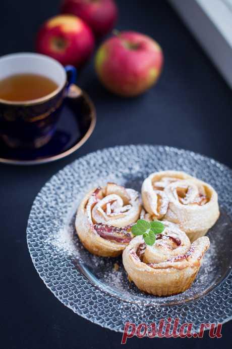 Рецепт слоеных «розочек» с яблоками.