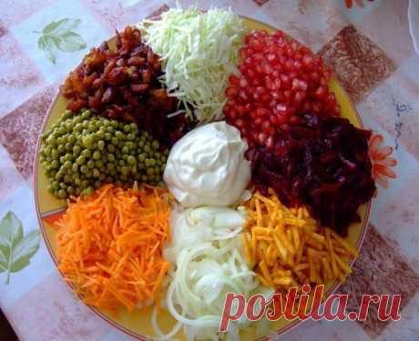 Салат «Козел в огороде» Все большую популярность набирают такие блюда на наших столах. Один из примеров такого блюда – салат «Козел в огороде». По своей сути, салат «Козел в огороде»- это мясной компонент в окружении овощных ингредиентов. Красивая подача салата к столу, перед употреблением все ингредиенты смешиваются. Ингредиенты: Салат «козел в огороде» допускает множество вариаций, а потому смело экспериментируйте с любыми ингредиентами. В качестве «козла» - то есть мясн...