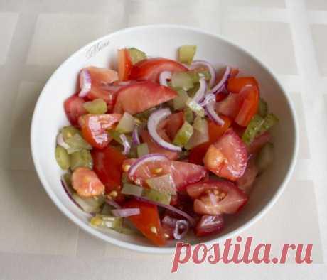 La ensalada con los tomates, los pepinos en salmuera y la cebolla