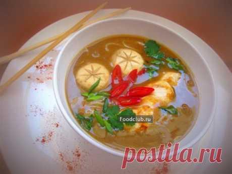 Мисо суп с курицей, грибами и рисовой лапшой Мисо суп – это классическое японское блюдо. Его можно есть на завтрак и на обед.   Очень часто добавляются разнообразные виды рыб, мяса и креветок, а так же картофель и овощи. Но состав супа довольно произвольный. Главное здесь мисо паста-   -это паста из сброженной сои, с добавлением зерна, например, перловки (красная мисо) или риса (белая мисо); используется для супов или соусов. Довольно соленая и необычно ароматная. Её можно...