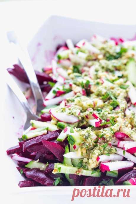 Салат из свеклы, огурцов, редиса под базиликовой заправкой - InVkus