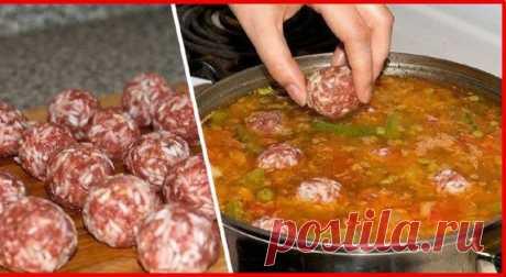 Ням… Мой фирменный суп с фрикадельками муж просит каждый день. Потрясающий вкус.    Вот рецепт. Ингредиенты 400 г говядины для супа (с костями) 1 корень петрушки 120 г моркови, натертой на крупной терке 1 луковица (небольшая) 1 помидор 1-2 картофелины 1 стакан свежего зеленого горошка (зерна или молодые стручки) 1/2 сладкого красного перца 3-4 лавровых листьев