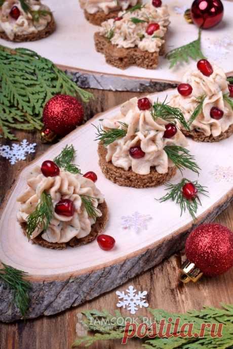 Новогодние канапе с пастой из крабовых палочек — рецепт с фото на Русском, шаг за шагом. Закуска быстрого приготовления в виде наряженных новогодних елок, где основной ингредиент - крабовые палочки. Для праздничного стола.
