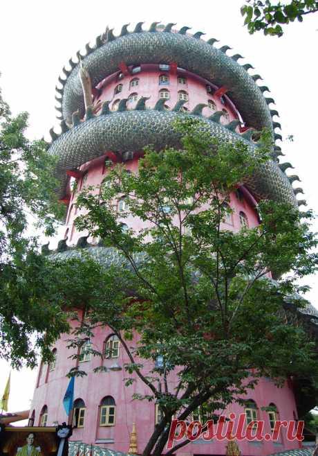 К востоку от БКК, в провинции Накхонпатхом есть необычный красный храм Сампхран (Ват Дракона). О вате Сампхран нет практически никакой информации. О вате Сампхран молчат путеводители и интернет-сайты. Максимум, что можно накопать про него – несколько фоток в Инете и невнятные описания. И это о храме, который смело мог бы претендовать на звание топового туристического сайта едва ли не мирового уровня.