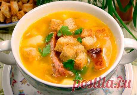 Наваристый суп с копченостями имеет все шансы стать любимым блюдом для всей семьи. Кладем в бульон ребрышки и плавленный сыр — съедают такого супа часто по две тарелки и поэтому удачно, что готовить его совсем просто. На 700 граммов свиных ребер берем 4 картофелины среднего размера, две столовые