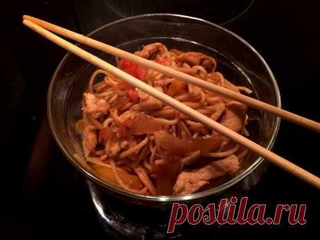 Лапша по-китайски с курицей в соевом соусе - Пир во время езды Сегодня к Китаю приковано пристальное внимание всего мира, страна, воплощающая в себе экономическое чудо, достойна уважения и повышенного к ней интереса. Этот интерес проявляется и в отношении китайской кухни, самой разнообразной кухни в мире. Китайская лапша – одно из самых распространенных блюд Китая, оно имеет множество рецептов. Лапшу в Китае готовят с различными ингредиентами, но …