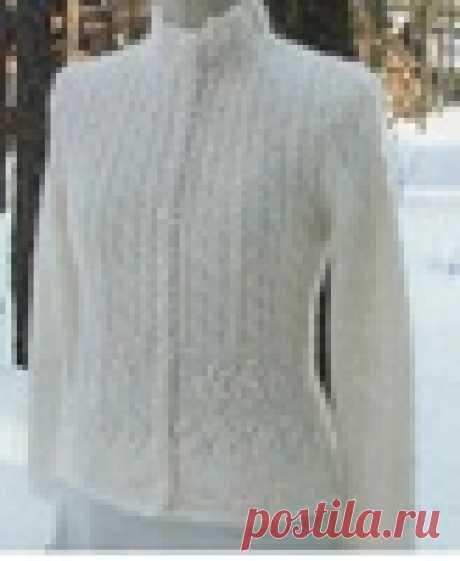 La chaqueta blanca con el cuello por el mostrador por los rayos