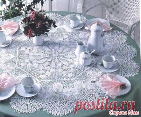Красивая маленькая скатерть Добрый день, дорогие любительницы салфеточек!  Жаль, что у меня нет круглого стола. Эта мини-скатерть очень красиво будет смотреться в доме на круглом столе.  Источник: https://kru4ok.ru/
