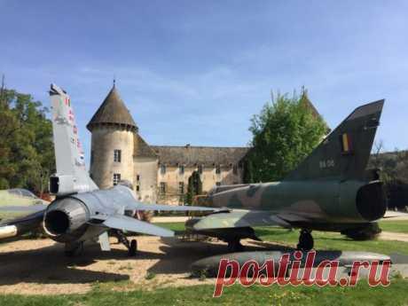 Самая необычная частная коллекция техники в мире Ни в одном другом замке Франции вы не найдете советский вертолет, припаркованный на газоне. Или судно на воздушной подушке 1970-х годов. Или коллекцию