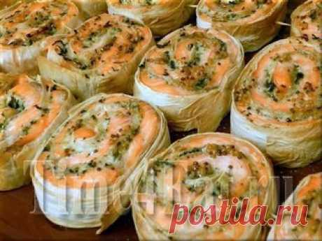 РУЛЕТЫ ИЗ ЛОСОСЯ ЗАПЕЧЕННЫЕ В ЛАВАШЕ  1 - 1,2 кг. филе семги или форели, 100 гр. твердого сыра, по пол пучка зелени укропа и петрушки, Показать полностью…