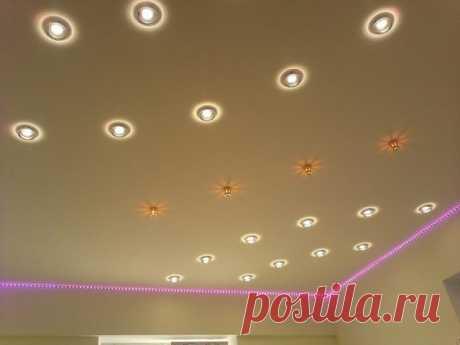 Как расположить светильники на потолке  Перед тем, как размещать потолочные светильники, важно определиться со схемой их расположения. При этом важно учитывать тип потолочной поверхности и вид устанавливаемого светильника.  Схемы расположения осветительных приборов  Наиболее часто в качестве основного света подбирается красивая люстра, подвесной или навесной светоприбор. В таком случае дополнительное освещение обеспечивается точечными светильниками, расположенными над функ...