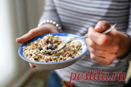 Продукты, которые снижают холестерин Как изменить рацион, чтобы понизить плохой холестерин. Список продуктов, очищающих сосуды от жировых отложений: овес, орехи, жирная рыба, авокадо, семена льна и кунжута.