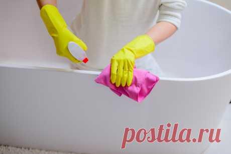 5 способов отмыть очень грязную ванну | Милая Я Все способы проверены и работают. Не бойтесь применять их дома на практике.   iStock/djedzura Сода + Средство для мытья посуды  Для придания приятного аромата этому средству можно также добавить в него 10 капель эфирного масла лимона. Смешайте столовую ложку соды, столько же любого средства для мытья посуды в кашицу, добавьте эфирное масло лимона и ложечкой перемешайте. Нанесите получившуюся пасту на губку и распределите по б...