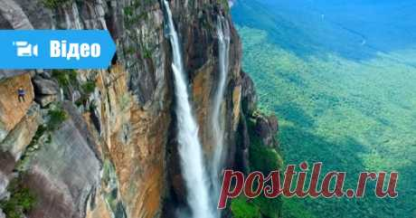 Найвищий водоспад в світі з висоти пташиного польоту. Дивовижні кадри А́нхель — найвищий у світі водоспад, розташований на річці Чурун, притоці Кароні, у тропічних лісах Венесуели, в Національному парку «Канайма», за 750 км на південний-схід від Каракаса.  Спадає з гори Ауянтепуй. Загальна висота водоспаду — 979 м (за деякими даними — 1054 м), висота вільного падінн