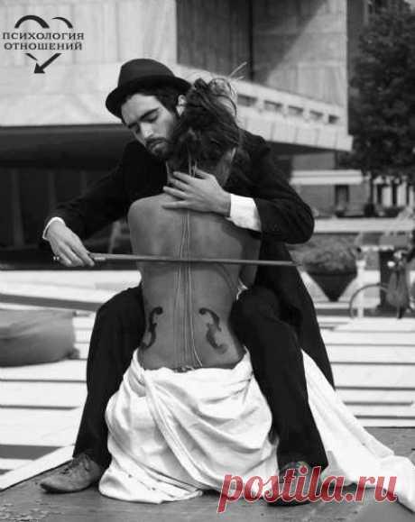 Как скрипка женщина чувствительной бывает И под смычком умелым нежно запоет... На ней лишь виртуоз шедевр сыграет А бездарь только струны все порвет.