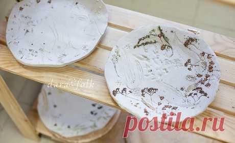Керамическая тарелка с рисунком трав. | DaraFolk
