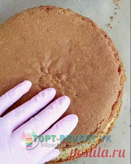 КОКОСОВЫЙ БИСКВИТ.    Признавайтесь, ждали? Я нашла немного времени и готова поделиться с вами рецептиком влажного сливочно-кокосового бисквита. Он получается очень ароматным и вкусным!!  - Ингредиенты:  Для бисквита: 120 гр. сливочного масла, 120 гр. молока, 250 гр. муки, 15 гр. разрыхлителя, 160 гр. яиц (это три яйца), 180 гр. сахара, 50-60 гр. кокосовой пасты (рецепт здесь: https://vk.cc/8MoXy9 ), соль - щепотка.  форма 18 см., на выходе получаем бисквит высотой около 9...