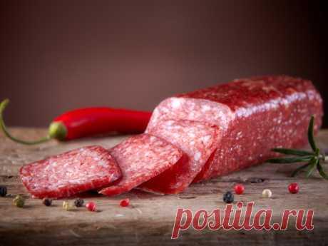 Домашняя сыровяленая колбаса, рецепт с фото Ингредиенты: вырезка говяжья — 1 кг соль — 50 г сало соленое — 200 г кориандр — 1 ст. л перец — 2 ч.л. сахар — 1 ч.л. уксус — 1 ст. сода — 1 щепотка Пригот...