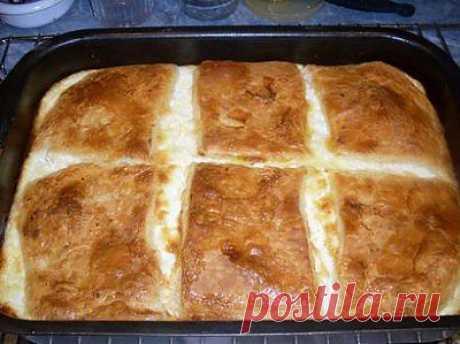 """Баница. У каждой болгарской хозяйки есть свой фирменный рецепт баницы. Начинки для них используют самые разные, и из лука-порея, и из мяса, и из шпината, и из яблок, и из грибов смясом, и из многого другого. Но самая популярная баница с начинкой из брынзы и яиц. В Болгарии делают два вида баниц - одна витая, когда тесто заворачивается рулетами и укладывается """"улиткой""""."""