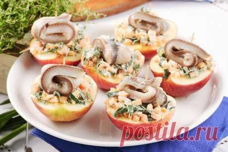 Селедочный салат в половинках яблок – оригинальная идея для фуршета!
