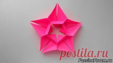 Звезда из бумаги | Оригами Звезда из бумаги - очень простая поделка, которую можно сделать на различные праздники - 23 февраля, 9 мая, Новый год или другие. Декор в виде объемной звездочки из бумаги можно использовать для украшения верхушки елки. Нам потребовалось 5 листов бумаги размером 8*8 см. и клей. Предметы...