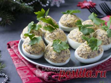 Яйца, фаршированные грибами и сыром — рецепт с фото Сварить яйца, разделить на белки и желтки. Для начинки обжарить лук с шампиньонами, добавить желтки и сыр. Наполнить белки начинкой.