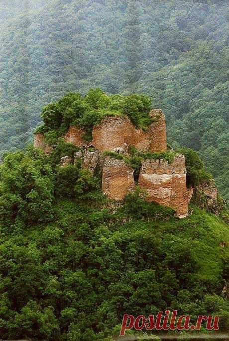 Չարեք բերդ(Գարդմանա Բերդը ) Գարդմանք, ՈՒտիք, Մեծ Հայք։ Գետաբեկ, Հյուսիսահին Արցախ։ Չարեք բերդ կամ Չարեք (նաև Սահակ Սևադայի բերդ,Շամխորի բերդ, Մամռոտ բերդ, միջնադարյան հայկական բերդ Գարդման գավառում,Գետաբեկի շրջանի Գետաբեկ քաղաքից արևելք, Շամխոր, (Չարեք) և Գետաբակ գետերի միախառնման տեղում, հրվանդանաձև երկարած լեռնաճյուղի ապառաժ վերջավորության, ծովի մակերևույթից 1110 մ բարձրության վրա (գետափից ունի 100 մ բացարձակ բարձրություն)։