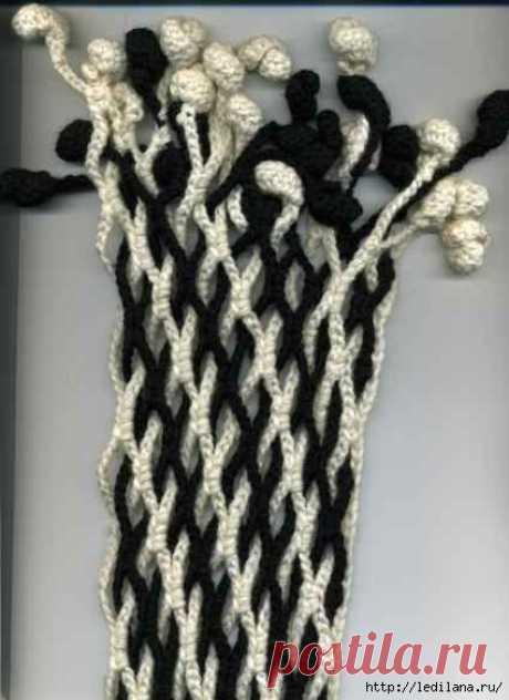 Двухцветный шарф вяжется крючком и переплетается . Очень просто для начинающих