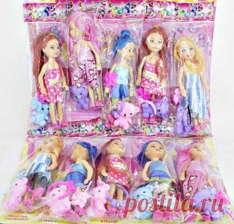 Набор из маленьких кукол со следующими цветами волос: синие, розовые, золотые и коричневые. Аксессуары включают в себя следующие цвета платьев: голубые, розовые в горошек, бело-синие в полоску и монотонно розовые.