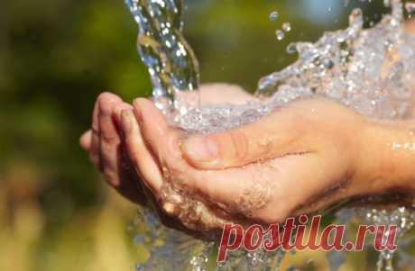 Приметы о воде и про воду – народные поверья - Частные Заметки Народные приметы о воде и про воду. Зачем нужно перед сном ставить стакан с кипятком под кровать, собирать дождевую воду с листьев деревьев, и другие поверья о воде. Вода в себе может таить и зло, и добро. Издавна люди искали живую воду, которая способна исцелить от всех болезней, оживить умершего человека, а также искали мертвую воду, которая несет в себе негатив и смерть. И сейчас с водой связано немало повер...
