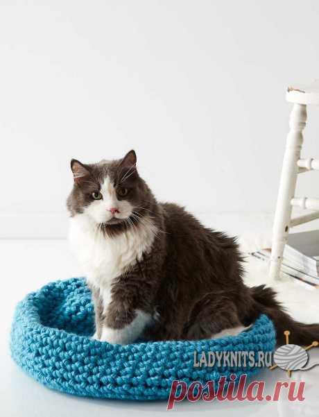 Вязаная крючком корзинка-лежанка для кошки. / ladyknits.ru