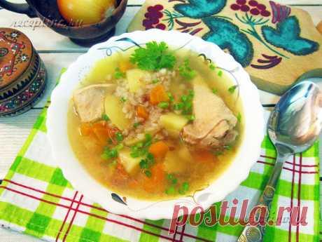 Гречневый суп с курицей - рецепт с фото Гречневый суп с курицей вкусный и сытный, но в то же время достаточно легкий. Нежное куриное мясо очень хорошо сочетается с гречневой крупой, которая придает свой особый вкус и, к тому же, очень полезна. Мясо курицы дополнит рацион необходимыми белками, а гречка станет ценным источником клетчатки, витаминов группы B и железа. Поэтому суп из этих продуктов восполнит силы и придаст энергии на весь день.