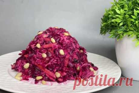Вкусный салат из свеклы, который понравился всем моим гостям  Сегодня готовим очень вкусный салат из свёклы, ингредиенты простые, а результат вас действительно удивит.
