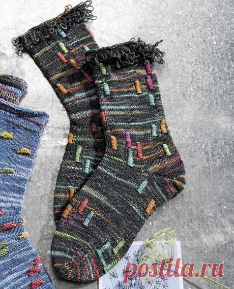 Необычные носки с интересным узором и вытянутыми петлями