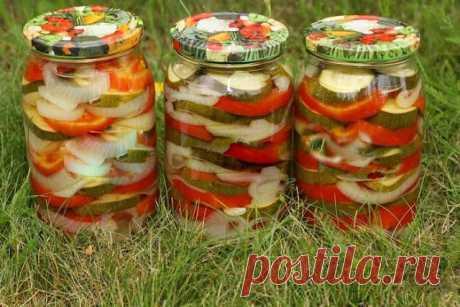 Слоеный консервированный салат *Ассорти*    Слоеныйконсервированный салат ассортиполучается радужным, в прозрачном маринаде разноцветные овощи смотрятся очень аппетитно. Такой салат из овощей станет настоящим украшением праздничного стола …