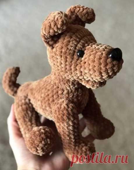 Вяжем крючком плюшевую собачку  -зайку ============================ Вяжем игрушку крючком в виде собаки, которую можно будет потом повесить на шею ребёнка. Вяжется легко, так как схема простая. Для работы понадобится: - пряжа белого цвета (можно брать пряжу и другого цвета), - крючок, - наполнитель (синтепон или холлофайбер) - глазки, носик, усы (это если вы захотите сделать игрушку более реалистичной). В этой работе вяжем только туловище. Сначала вяжем простую прямую основу. Начинаем с кольца…