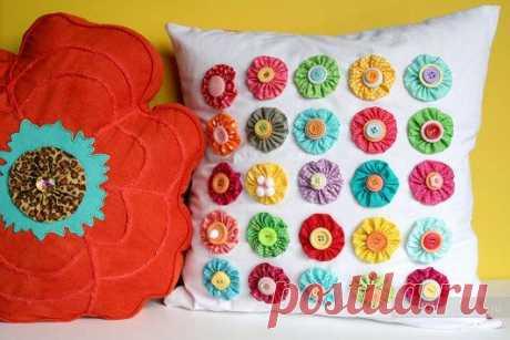 Украсим декоративные подушки своими руками - цветы в технике Йо-Йо / Декоративные подушки своими руками, фото. Коврики и одеяла. Шитье и вязание крючком и на спицах / КлуКлу. Рукоделие - бисероплетение, квиллинг, вышивка крестом, вязание