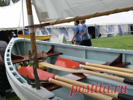 """VIDEO-Kleinbootstour: ESCA, 15 'Christmas Wherry - boat Scott Williams brachte ESCA, sein tadellos gebautes Christmas Wherry, mit, um unter anderem kleine Boote für """"I Built It Myself"""" auszustellen. Das Segel- und Ruderboot wurde als Best in Show für vom Eigentümer gebaute Boote ausgezeichnet ..."""
